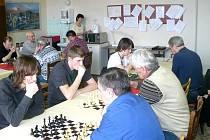 Šachový turnaj. Žáci SŠAMP a členové Řecké obce dumají nad šachovnicí.