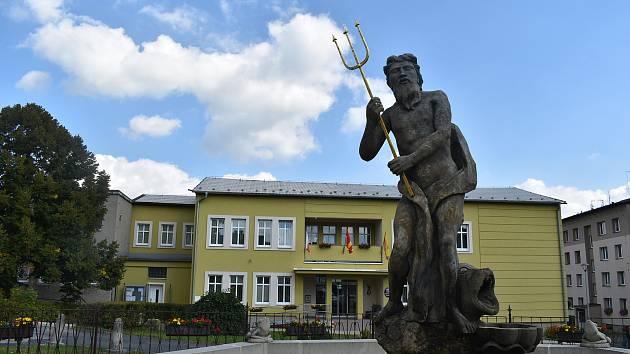 Vládce moří Neptun je dominantou Dvorců. Podle pověsti Dvorečtí sochu zcizili z opuštěného hradu Medlice.