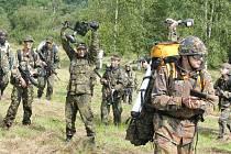 Armáda ČR  připravila pro děti na táboře na Rýmařovsku dvoudenní tažení podobné víc než vojenskému výcviku ostrým válečným akcím. Tábor provázela střelba ze zbraní všeho druhu, kouř z dýmovnic, vojenské vozy nebo nad hlavami táborníků létající vrtutulník.