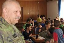 Veterán zahraničních misí, velitel kontingentů podplukovník Jaroslav Kulíšek původem z Krnova táborníkům popsal zážitky z válečné vřavy.