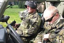 Nadporučík Tomáš Baran ze sedmé mechanizované brigády (nahoře) velel obraně Armády ČR při simulovaném napadení ze strany divokých táborníků.