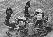 Potápěči Vilém Kocián a Vladimír Geist se před padesáti lety vynořili za potlesku davů jako hrdinové. Celý národ jim držel palce. V chladné vodě lomu Šifr strávili sto hodin v hloubce 267 strávili sto hodin v hloubce 25 metrů. Snímky: Archiv Romana Kudely