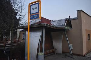"""""""Někdo tu neumí couvat,"""" komentoval starosta Úvalna Radek Šimek posunutou a nakloněnou autobusovou zastávku u Kulturního domu.  Prosinec 2020."""