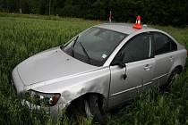 Nehoda dvou osobních vozidel v Nových Heřminovech. Celková škoda srážky, kterou způsobil řidič za volantem stříbrného Volva, činí dvě stě tisíc korun.