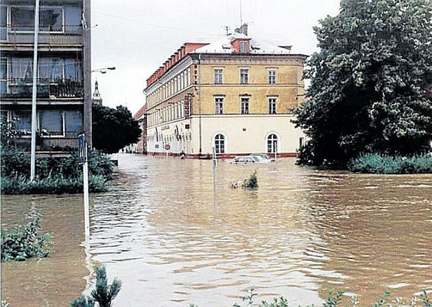 Slezský domov vKrnově obklopený vodou vroce 1997.