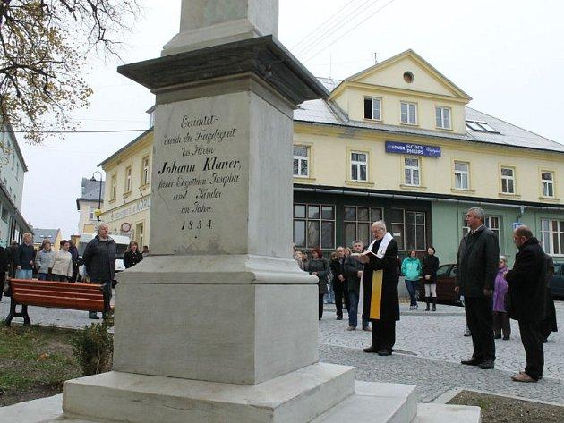 Na snímku starosta Rýmařova Petr Klouda (druhý zprava) a biskup ostravsko-opavské diecéze František Václav Lobkowicz (třetí zprava), který požehnal kříži před kostelem sv. Archanděla Michaela.