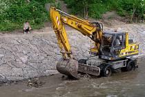 Počátkem července bude pokračovat zpevňování břehů a ohrazování koryta řeky Opavy v Krnově Kostelci.