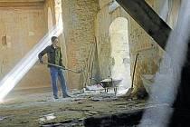 Kostel v Pelhřimovech každoročně opravují dobrovolníci, kteří jezdí na tábor Blažené Osoblažsko.