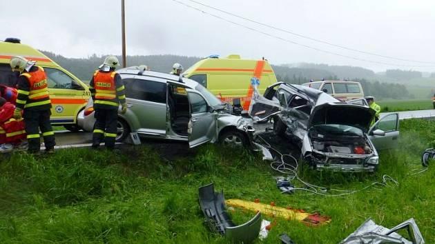 Jeden člověk zemřel a čtyři byli vážně zraněni při srážce dvou osobních automobilů na Bruntálsku.