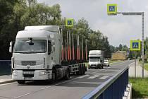 Kamiony v Lomnici. V obcích na hlavním tahu směrem na Polsko si lidé stěžují na zvýšenou dopravu. Navíc mnozí řidiči překračují maximální povolenou rychlost.