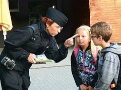 Policisté na začátku školního roku dětem připomínají rady o tom, jak se správně chovat na přechodech a v dopravě.