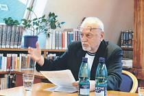 Jedna z nejvýraznějších pedagogických osobností působících v devadesátých letech na Krnovsku – PhDr. Zdeněk Jeník – se tento týden dožívá významného životního jubilea.