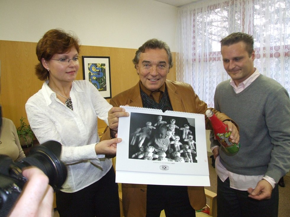 Ve Fakultní nemocnici Ostrava stihl Karel Gott pokřtít před zraky nemocných dětí kalendář.