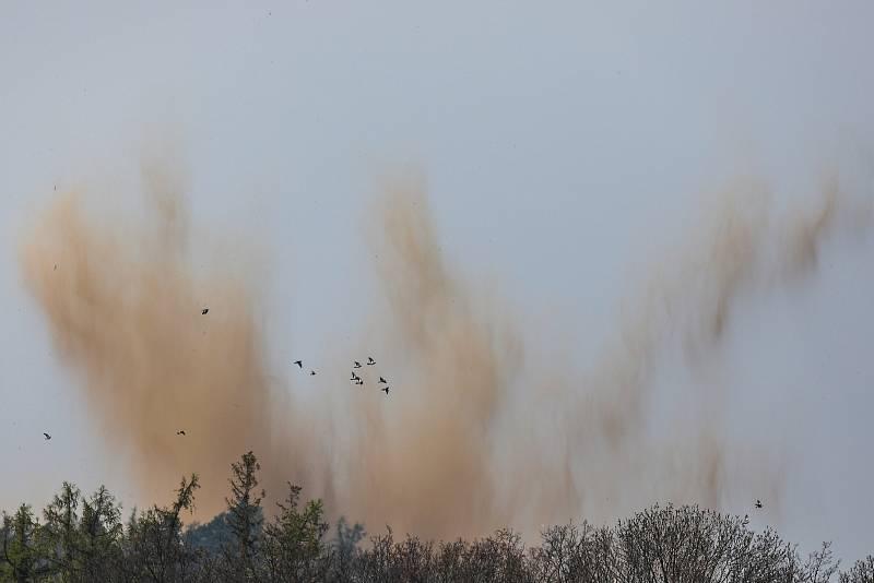 Odpal nevybuchlé letecké pumy z období druhé světové války. Nález si vyžádal uzavření a evakuaci obce Sosnová, 1. května 2021.