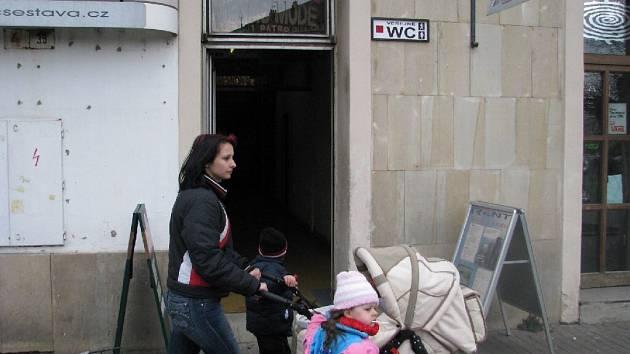 V Krnově najdete veřejné záchody v pivnici na náměstí.