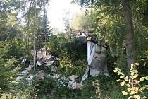 Pád ze svahu. Zatáčku nezvládl nedaleko Bílčic řidič s kamionem Volvo. Převrátil se přes svodidla, několikrát se otočil a skončil na střeše.