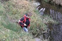 Děti z Břidličné zjišťovaly, zda je potok Polička ve směru na Vajglov znečištěn pesticidy z okolních polí.