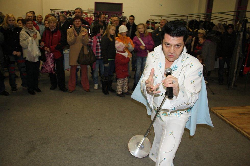 Pavel Pavlevský z Krnova je převtělený Elvis nejen na pódiu, ale i v civilním životě.