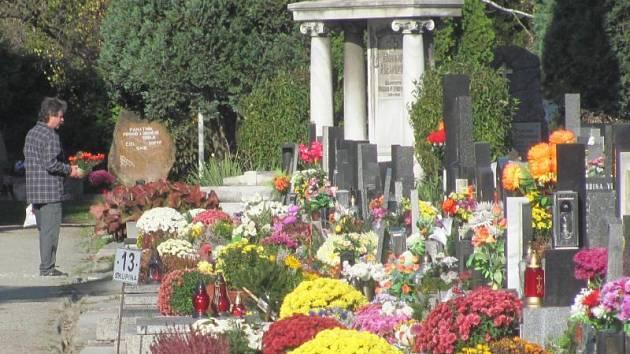 Krnovský hřbitov je v těchto dnech je plný květin, věnců a svíček. Město se stará, aby sem pozůstalí rádi chodili celoročně.