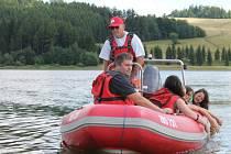 Velkou oporu mají turisté na přehradě Slezská Harta v ženách i mužích z Vodní záchranné služby Českého červeného kříže. Vodní záchranáři školí i táborníky.