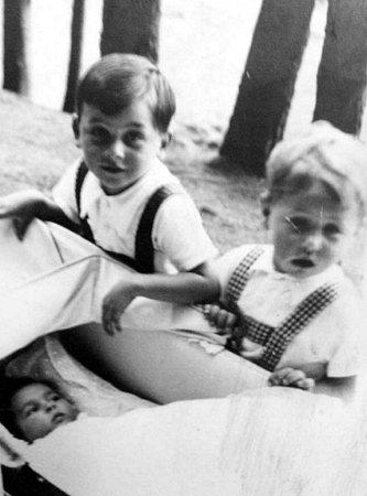Tomáš Rudolfer je světlovlasý chlapec vpravo. Tento vnuk posledního krnovského rabína byl zavražděn vOsvětimi jako sedmiletý hoch.