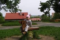 Na bývalém takzvaném dopravním hřišti v Moravském Berouně vyrostly nové herní prvky. Pro malé od 2 do 14 let jsou určeny pružinové houpačky, kladinová houpačka a kreslící tabule. Pro ty ještě menší dřevěná maketa auta. Na místě nechybí ani pískoviště.