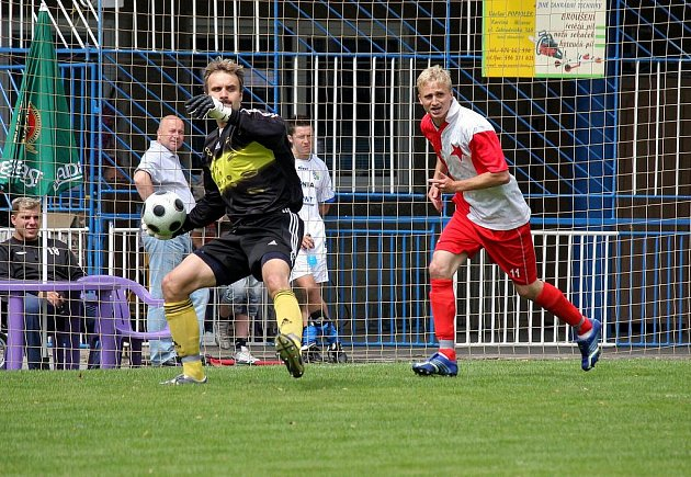 Orlová v přípravě porazila Čopjakův celek LKS Laka. Na snímku gólman Slavie Radek Szarowski (vlevo).