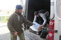 Nakládání humanitární pomoci pro Ukrajinu v Krnově.