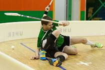 Hodně tvrdé bylo utkání proti Hluku. Na snímku zpacifikoval soupeře krnovský útočník Daniel Hrbolka.