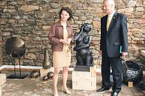 Provozovatelka nové Galerie Zahrada Eva Řezníčková a ředitel Státních léčebných lázní Karlova Studánka Lubomír Schellong při otevření výstavní síně.