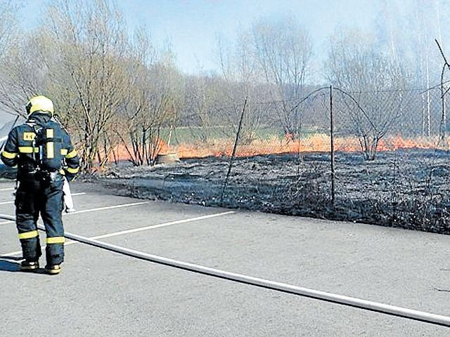 Hasiči vyjížděli o víkendu k požárům, které způsobili vypalovači trávy.