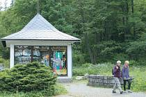 V Karlově Studánce najdou rekreanti Turistické a informační centrum za pitným pavilonem s pramenitou minerální vodou.