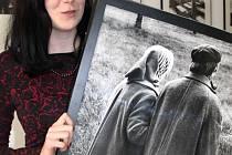 Elegantní studentka se snímkem světově uznávaného fotografa Jindřicha Štreita ze Sovince, který nyní vystavuje v prostorách rýmařovského gymnázia.