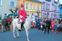 Svatý Martin ve Městě Albrechticích svým kostýmem sice připomínal víc Mikuláše, než římského vojáka a sníh nepřivezl, ale děti z něj byly nadšené.