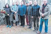 Zástupci jednoty Československé obce legionářské Bruntál položili kytici k pomníku padlých vojáků z 1. světové války na starém městském hřbitovu a zapálili zde svíčku.
