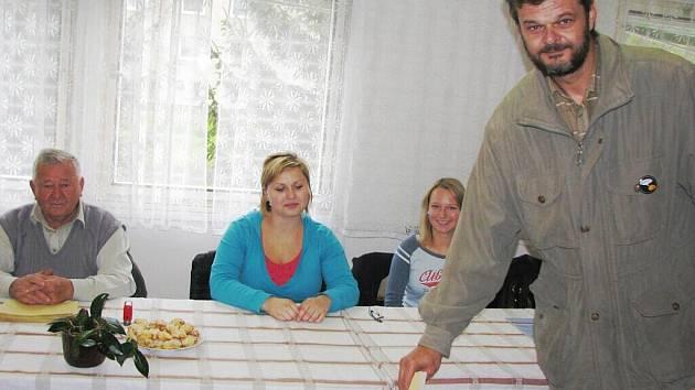 Obyvatelé místních částí nemusí k volebním urnám až do Rýmařova, ani do nedaleké Břidličné. Mohou odvolit i v kanceláři osadního výboru v Janovicích, v sále restaurace U Khachika v Jamarticích nebo v místnosti osadního výboru Koliba v Ondřejově.