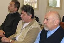 Pavel Šatura, Bohuslav Špinar a Miloslav Bureš (zleva) vyslechli rozsudek, který je potrestal za zvýhodňování věřitele v bruntálské nemocnici.