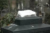 Vandalové se nezastaví ani před hroby.