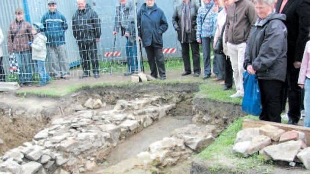 Komentovaná prohlídka archeologického naleziště kolem krnovského kostela sv. Martina vzbudila značný zájem. Dnes se v synagoze památkáři a archeologové představí s dalšími výsledky svých průzkumů.
