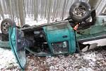 Auto se dostalo smyk a zřítilo se ze srázu. Na vozovce bylo listí a rozježděný sníh. Foto: Policie ČR