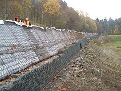 Součástí rekonstrukce silnice mezi Ondřejovem a Dlouhou Loučkou na Olomoucku je břeh, který je nutné kvůli bezpečnosti motoristů výrazně zpevnit.