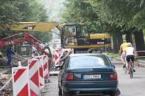 Mikulášská ulice v Krnově se změnila v jeden velký výkop a je v současnosti plná těžké stavební techniky.