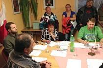 Starosta Krasova Lukáš Grůza (na snímku vlevo) na zasedání zastupitelstva obce, na kterém se svým plánem všechny přítomné seznámil.