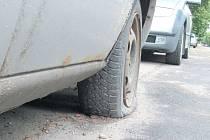 Mikulášskou ulici už dlouho hyzdí tento zkorodovaný Ford s prázdnými pneumatikami, rozbitým oknem a střechou promáčklou po havárii. Nepojízdných aut je po Krnově víc, přestože vraky nemají na veřejné komunikaci co dělat.