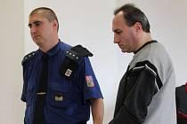 Miroslav B. (vpravo) nebyl v životě trestán. Ve čtyřiceti letech se v opilosti snažil polštářem udusit vlastní sestru a už předtím ji ohrožoval sekyrou, nožem a řetězem.