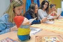 Týden čtení si krnovští žáci prodloužili na celý měsíc. V krnovské nemocnici budou až do konce června každé pondělí a středu předčítat nejmladším pacientům pohádky.