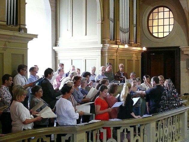 Chrámový sbor zpoutního kostela vBiberbachu koncertuje vkrnovském poutním kostele na Cvilíně.