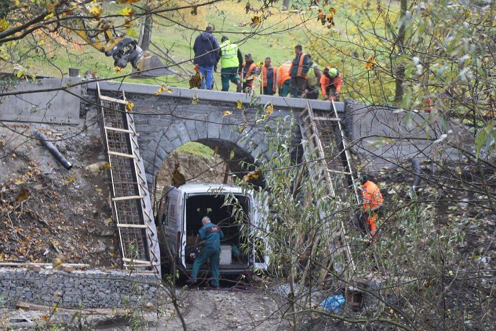 Trať z Bruntálu do Malé Morávky už má za sebou opravy železničního svršku, železničních přejezdů, mostů a propustků.