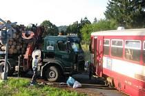 Nákladní auto plné dřeva vjelo na přejezd se světly bez závor právě ve chvíli, kdy tudy projížděl osobní vlak z Milotic nad Opavou do Vrbna pod Pradědem.