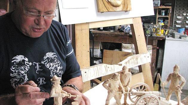 C. K. dělostřelci Bruntál a sekáč dřeva jsou novými figurami, které na sklonku srpna dokončuje František Nedomlel pro betlém v Horní Lidči.